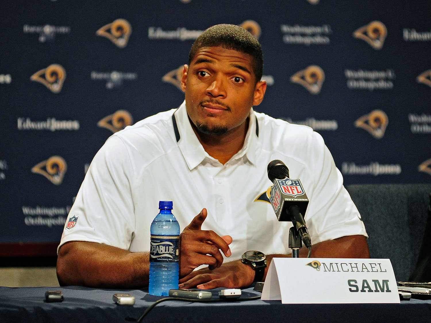 Michael Sam, gay assumido, dá tempo na carreira.