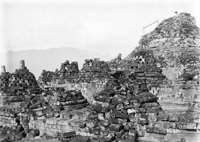 Candi Borobudur pertama kali ditemukan5