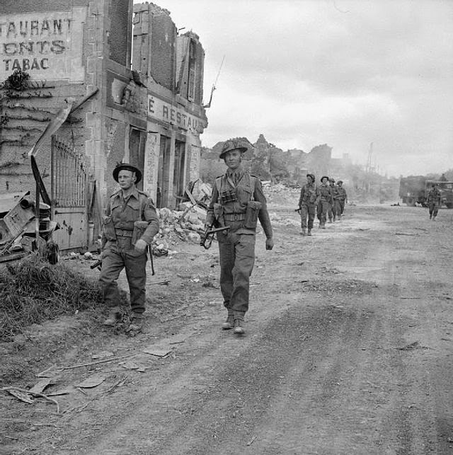Compañia 'A' 6th Durham Light Infantry, 50th Division, en el pueblo normando de Douet, 11 Junio 1944.