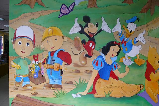 Dekoracyjne malowanie ściany w bajkowy motyw 3d, mural ścienny jako aranżacja pokoju dla dziecka
