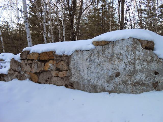 Остатки штукатурки на каменной стене развалин