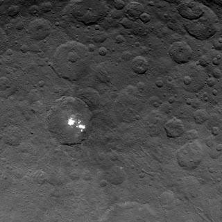 Белые пятна Цереры на снимке аппарата Dawn