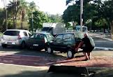 Irritado, homem levanta carro estacionado em ciclovia; veja vídeo