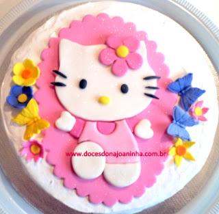 bolo decorado Hello Kitty em relevo com flores e borboletas