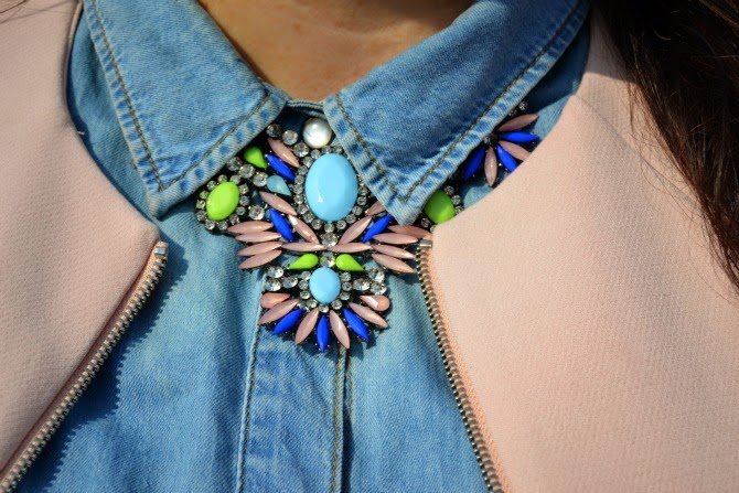 collana appariscente rosa, azzurro, lime e blu cobalto