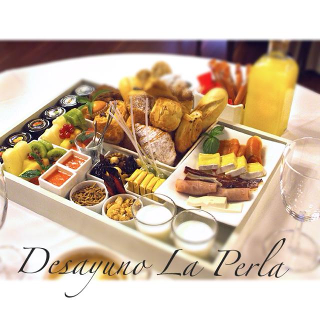 Desayuno en mesa vs guerra buffet gran hotel la perla for Mesa desayuno