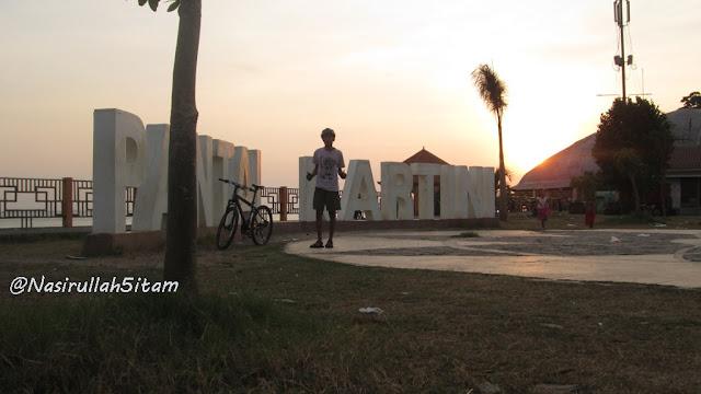Berfoto di Pantai Kartini, Jepara