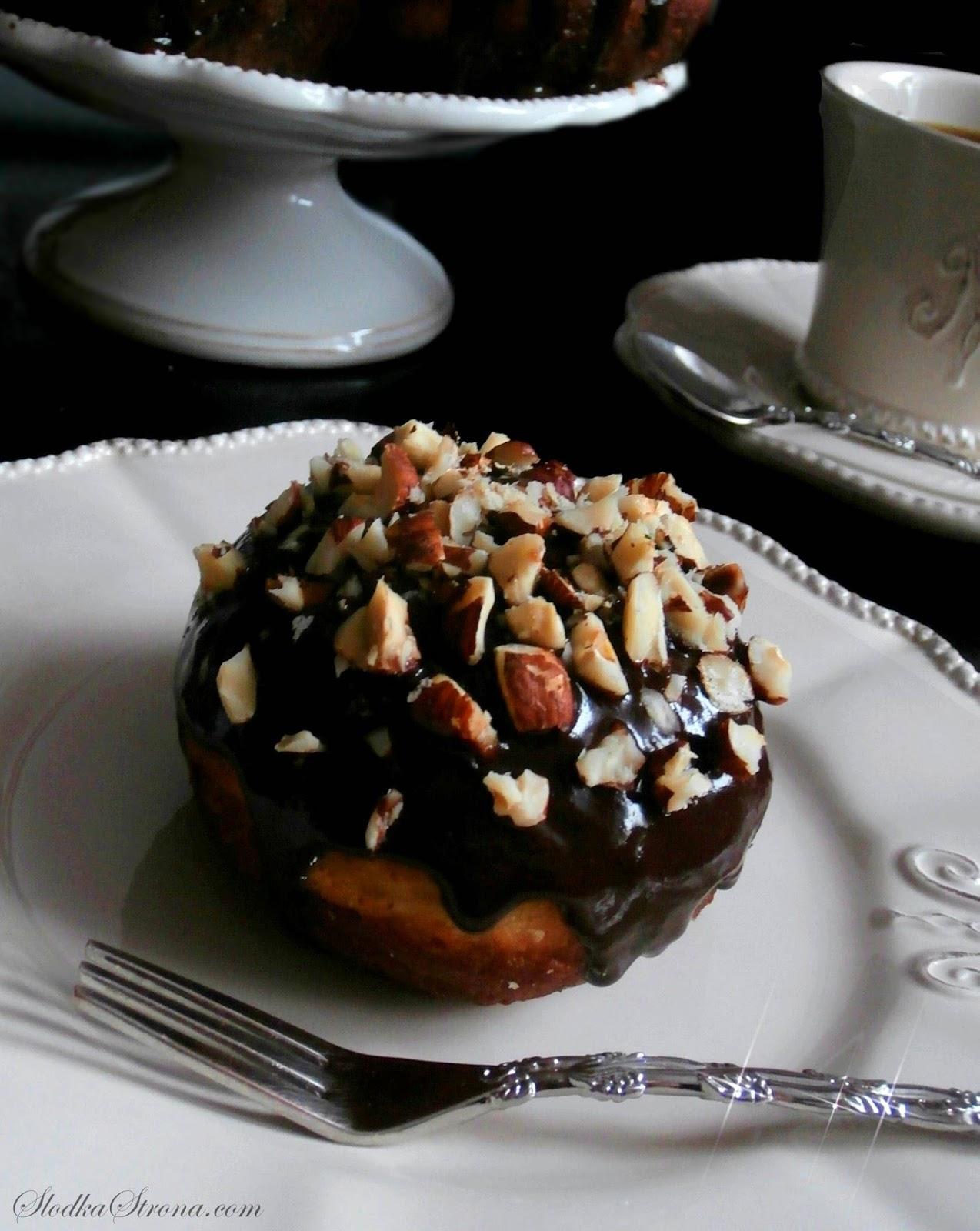 Pączki z Nutellą, Czekoladową Polewą i Orzechami Laskowymi - Przepis - Słodka Strona