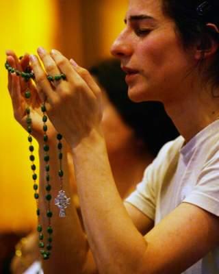 Image result for jovem rezando terço