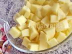 Cartofi natur preparare reteta - ii taiem cubulete