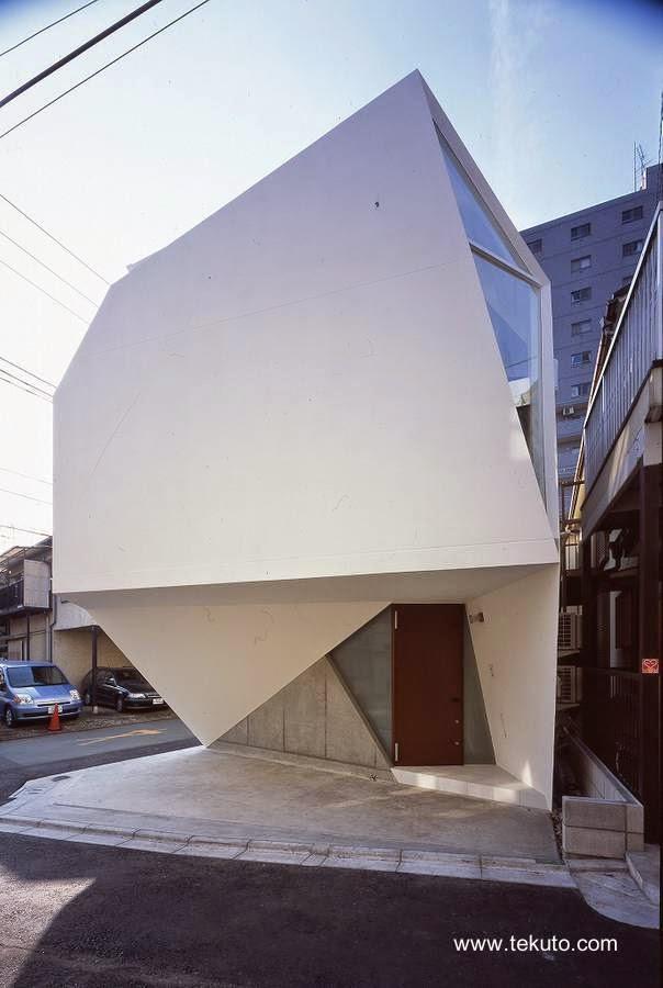 Fachada con acceso a la casa a nivel de la calle