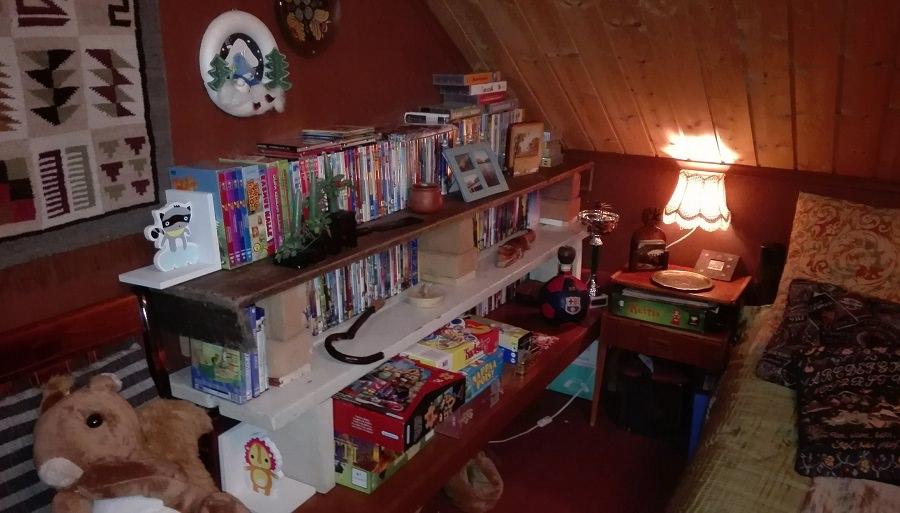 Hylly DVD-kokoelmalle koottiin rakkaiden mummojen huonekaluista.