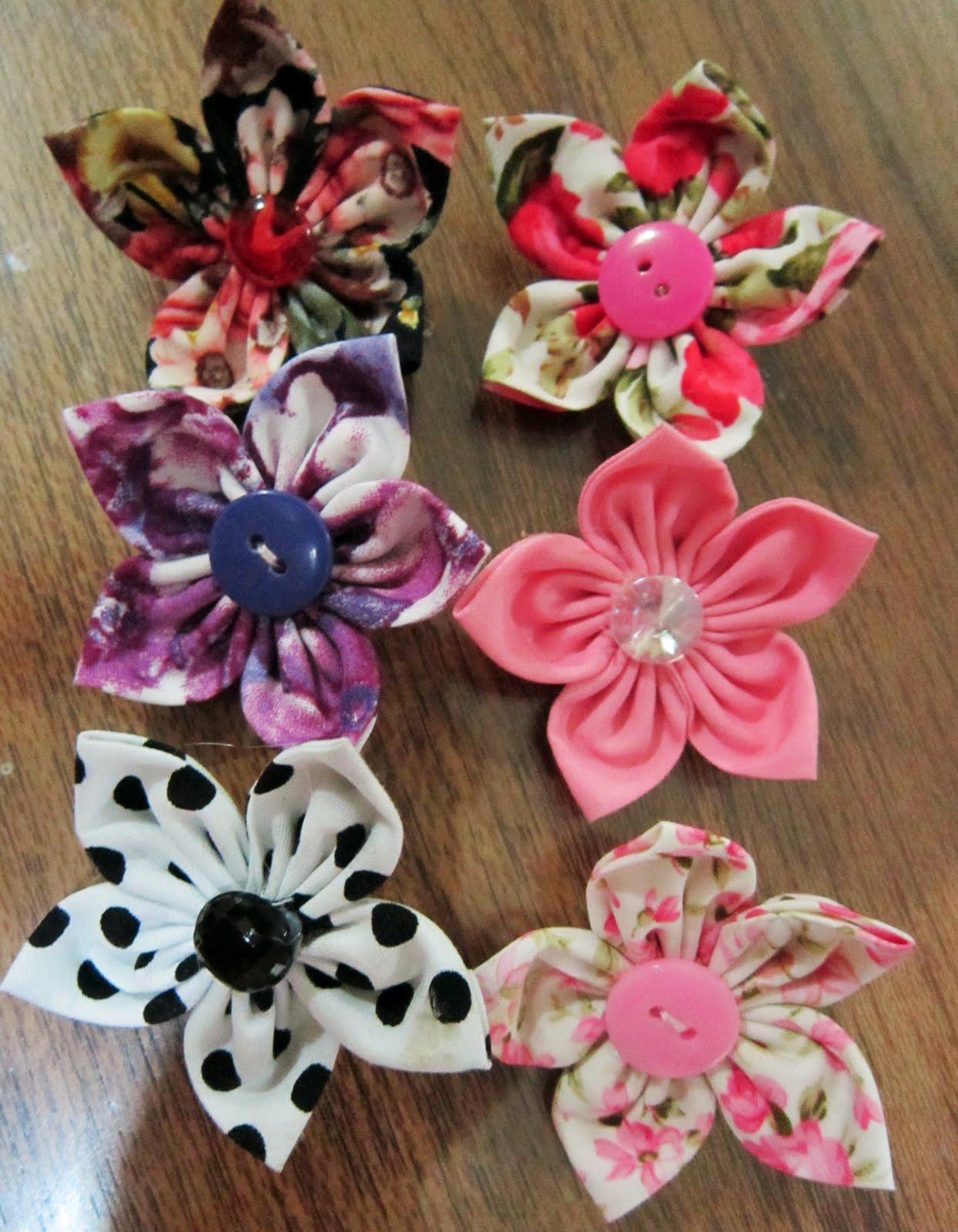 Bunga dari kain yang berlain warna & corak