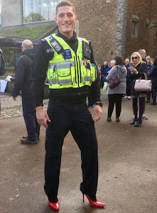 Polícias do Reino Unido desfilam em saltos altos e unhas pintadas enquanto os jihadistas avançam
