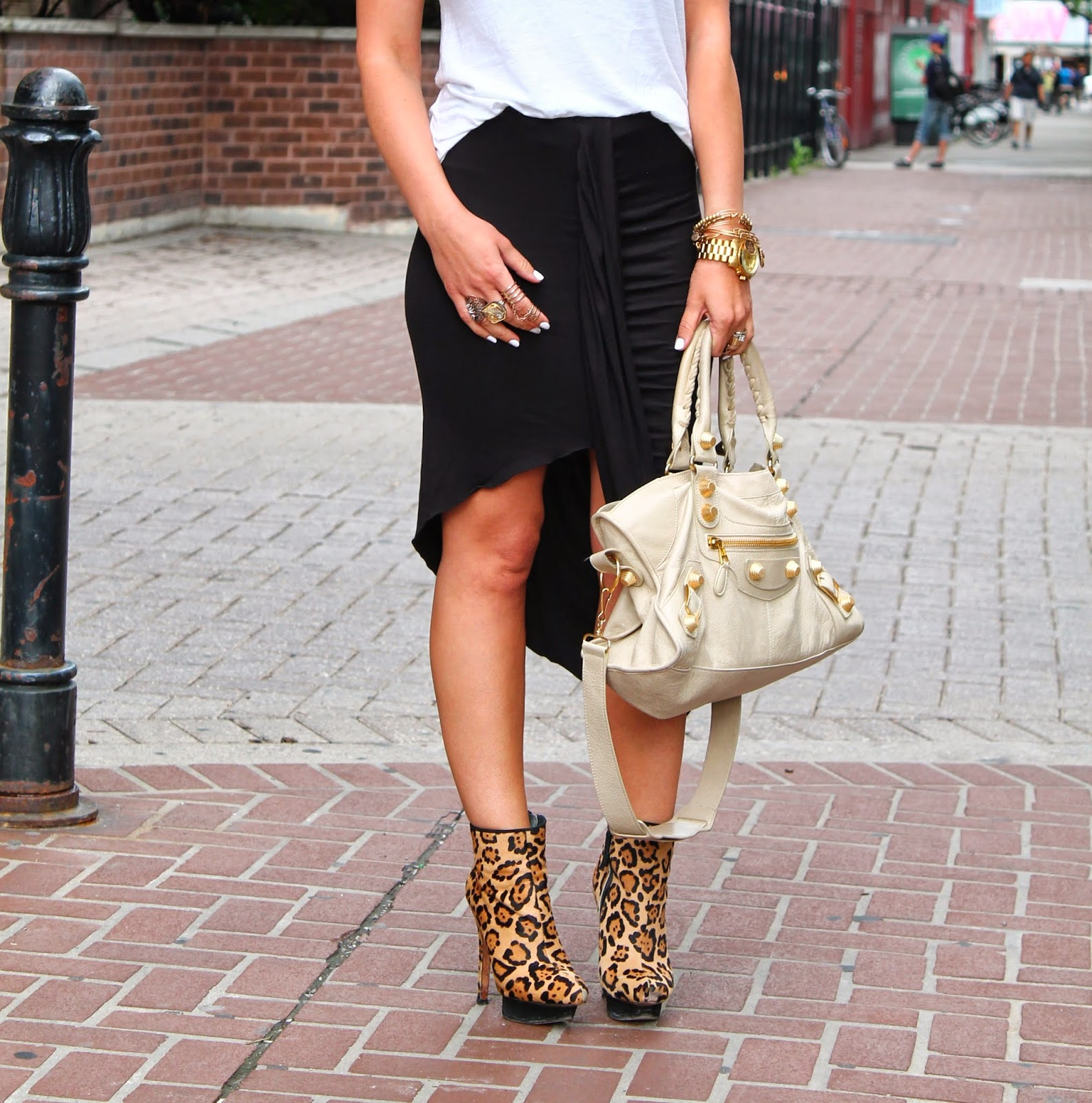 black skirt, black relaxed skirt, relaxed summer outfit, white and black outfit, leopard booties, leopard ankle boots, balenciaga bag, blogerke, letnja moda, canadian fashion blogger, toronto street style, yonge street, dundas square