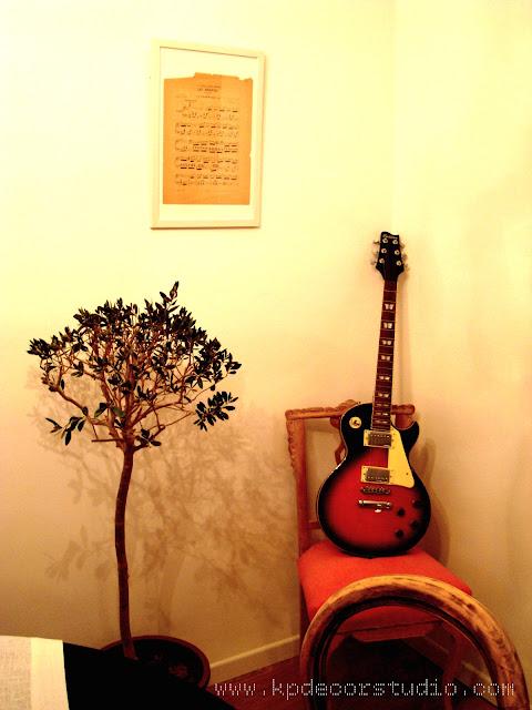 KP. Decora tu pared con objetos decorativos. Partituras y cuadros