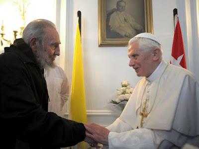 Bento XVI estreita as mãos do ditador Fidel Castro