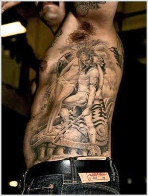 tatuagem de indio nas costelas masculinas