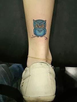 Tatuagem de coruja pequena no tornozelo