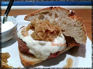 cheeseburger con maionese fatta in casa, accompagnato da verza in salsa di soia e agrodolce