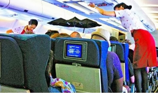 Pakai Payung Dalam Pesawat