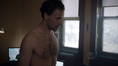 Jonny Lee Miller Shirtless in Elementary s1e01
