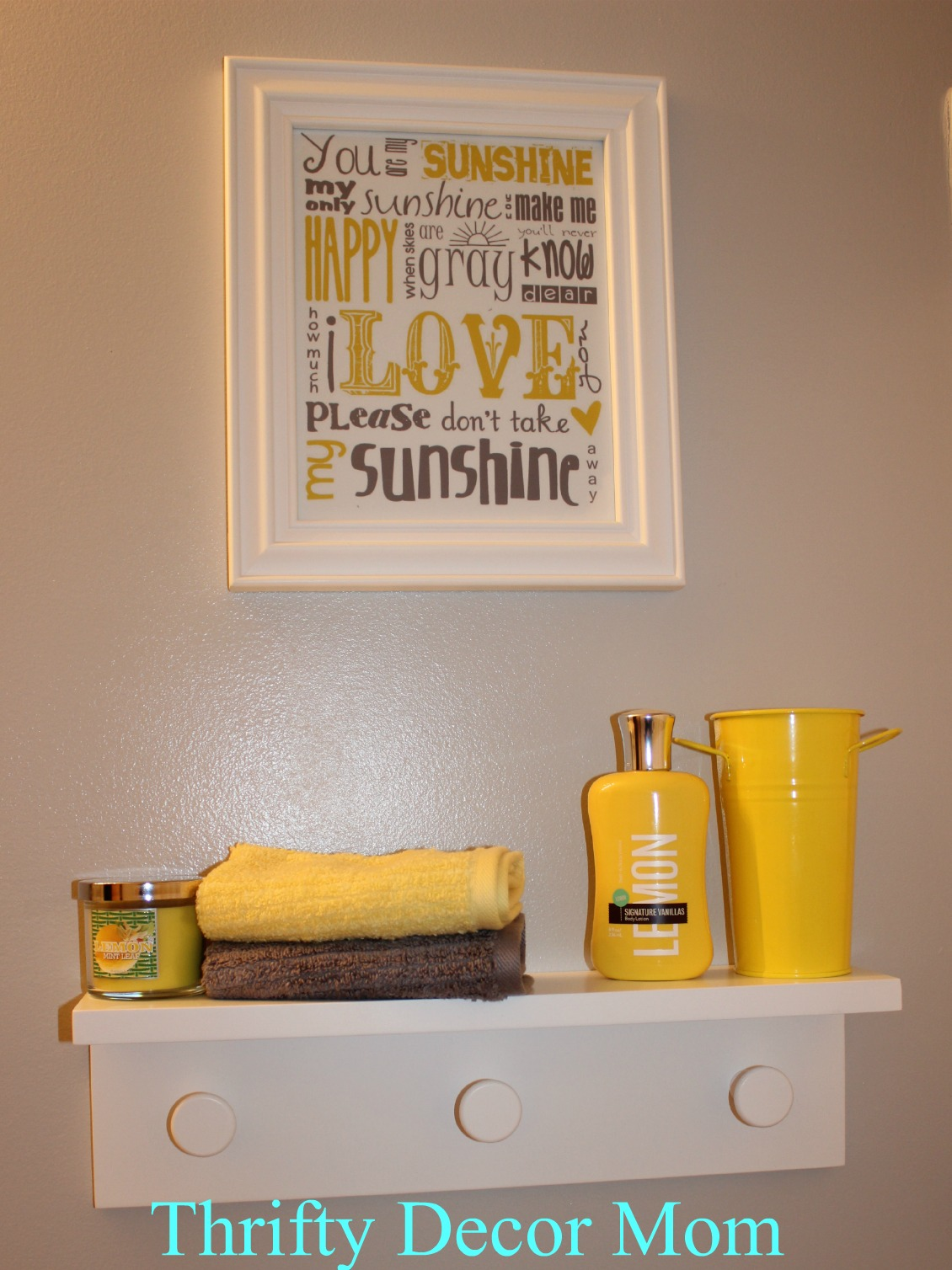 Yellow and grey bathroom decor for Yellow bathroom decor