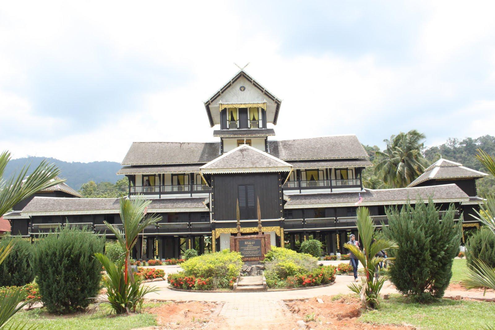 istana seri menanti Kuala pilah: istana besar seri menanti hari ini menyaksikan berlangsungnya  istiadat menghadap datuk johan pahlawan lela perkasa.