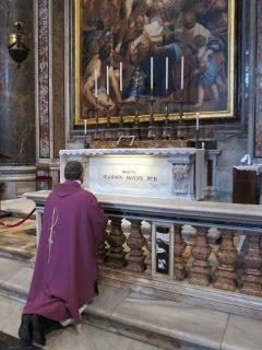 Peregrine espiritualmente y ore ante la tumba del Beato Juan Pablo II: