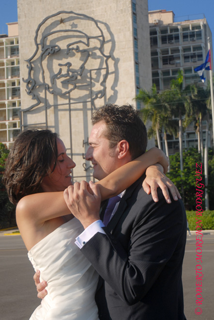 Pedro y Noelia, con sus trajes de bodas la Plaza de la Revolución, en La Habana, Cuba