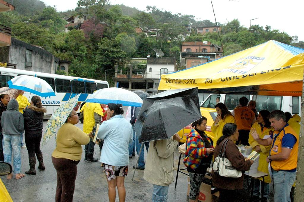 População e agentes da Defesa Civil mobilizados para o início do simulado em novembro de 2011 na comunidade da Coreia