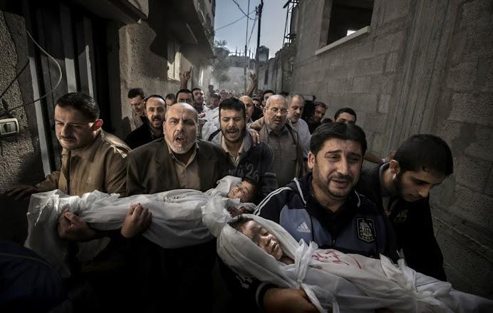 I funerali a Gaza di due bambini palestinesi uccisi dagli israeliani.