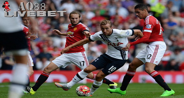 Liputan Bola - Duet Chris Smalling dengan Daley Blind menjadi andalan baru manajer Louis van Gaal untuk menjaga jantung pertahanan Manchester United pada musim ini