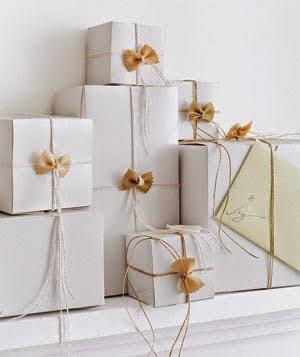 Envolver regalos con pajaritas de pasta