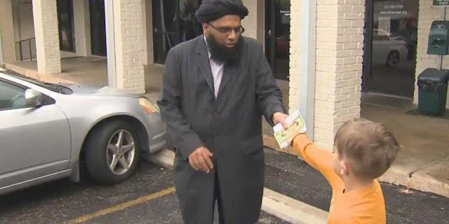 طفل أمريكي يتبرع ب 20 دولار لبناء مسجد تكساس , تخيل ما حدث له