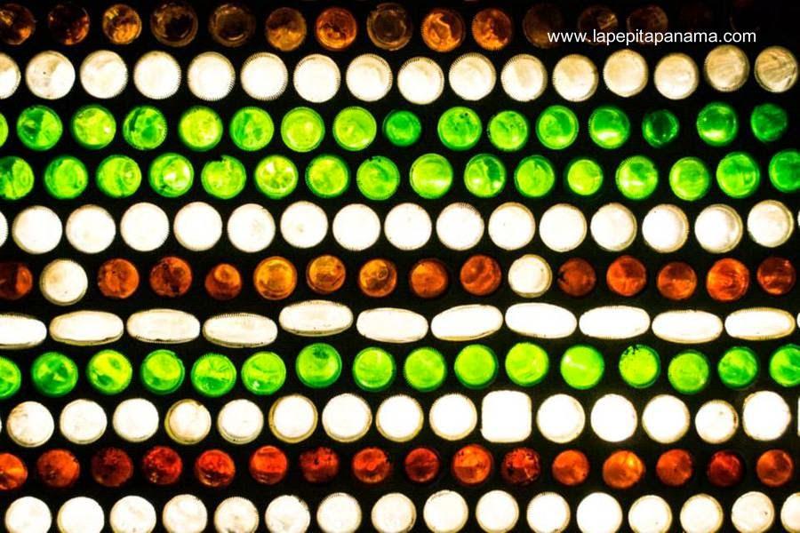 Sector translúcido de una pared formada con botellas de vidrio en una cabaña ecológica en Panamá