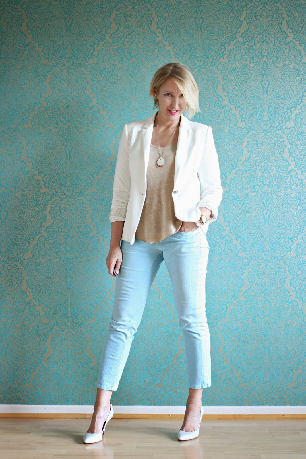 Büro-Outfit mit weißem Blazer