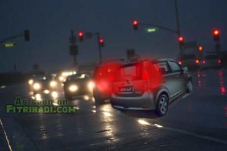 kereta perodua myvi berpusing lebuhraya kesas hujan lebat