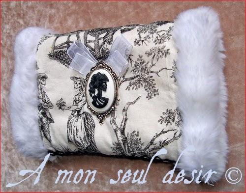Manchon Fausse Fourrure Toile de Jouy Squelette Crâne Camée Marie Antoinette Marquise de Pompadour Danse Macabre Cadavre Exquis