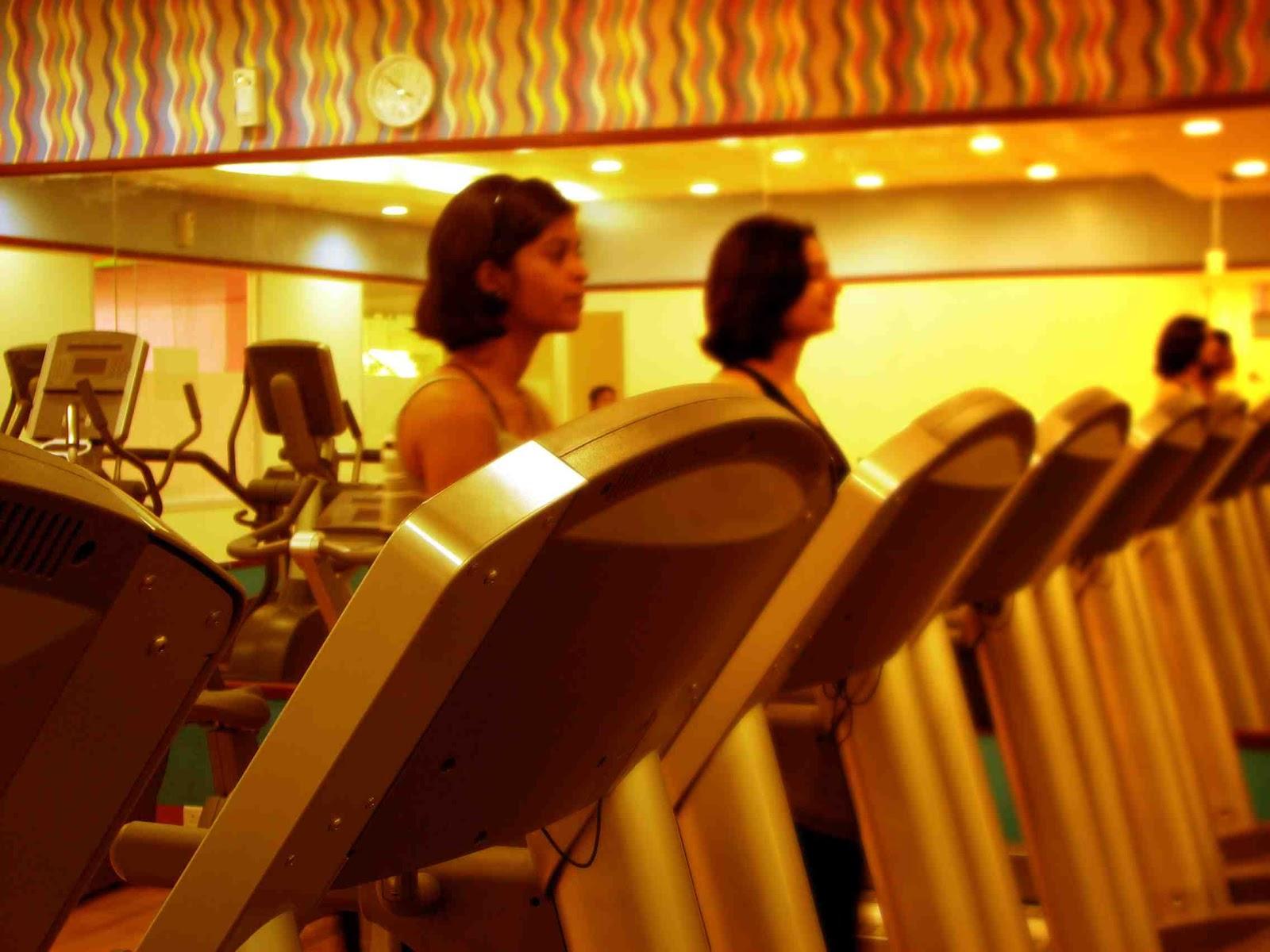 mujeres haciendo deporte en el gimnasio