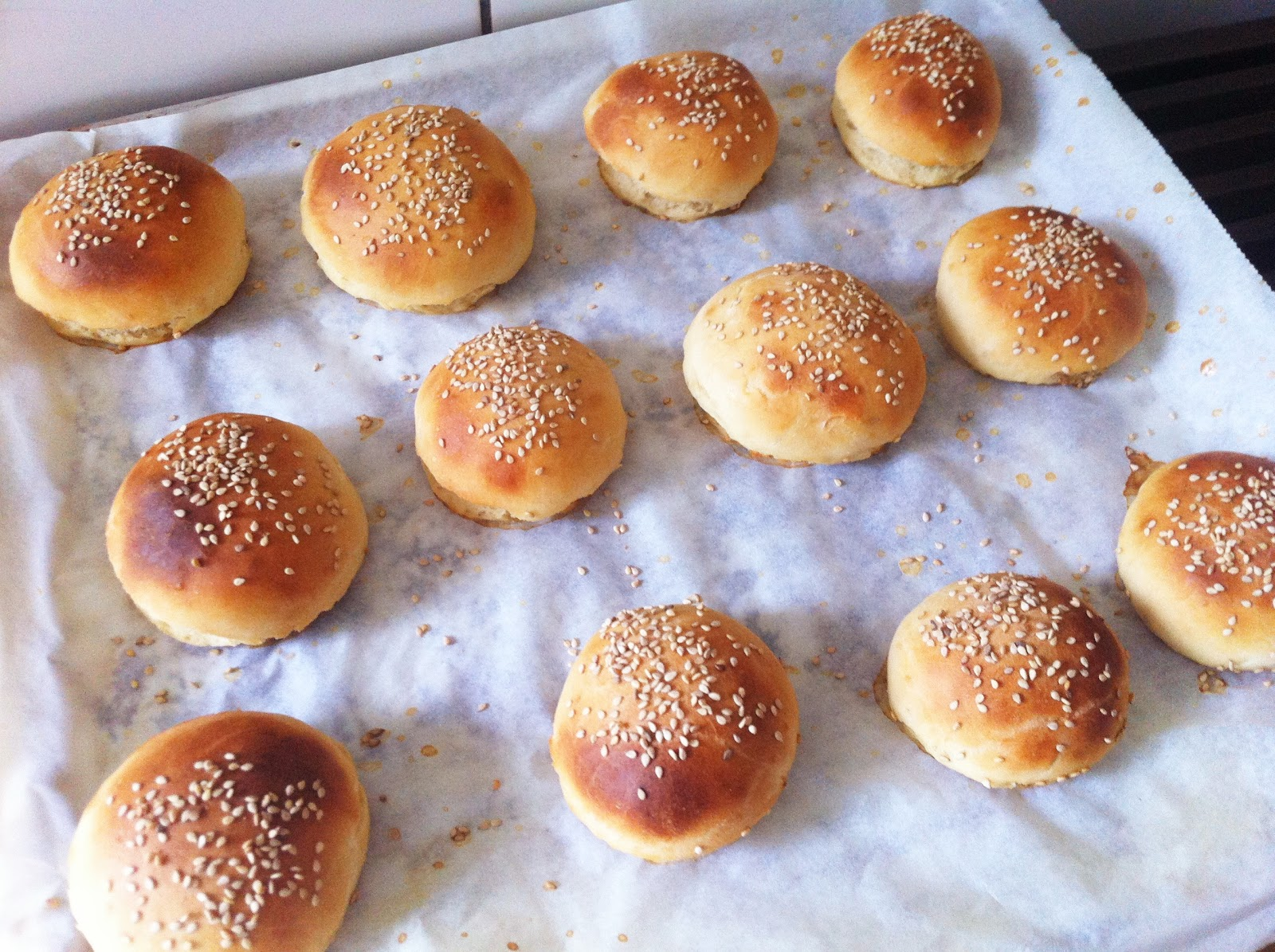 Witte Bloem Keuken : Voor 12 kleine of 6 normale hamburgerbroodjes
