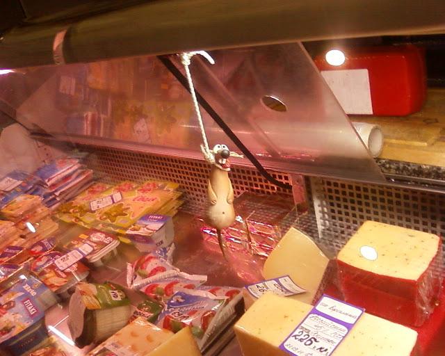 Мышь повесилась в холодильнике