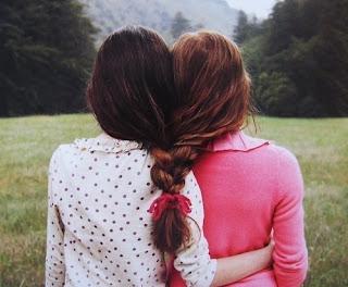 Se tens um amigo, visita-o com frequência,  pois as ervas daninhas e os espinheiros invadem o caminho  por onde ninguém passa.