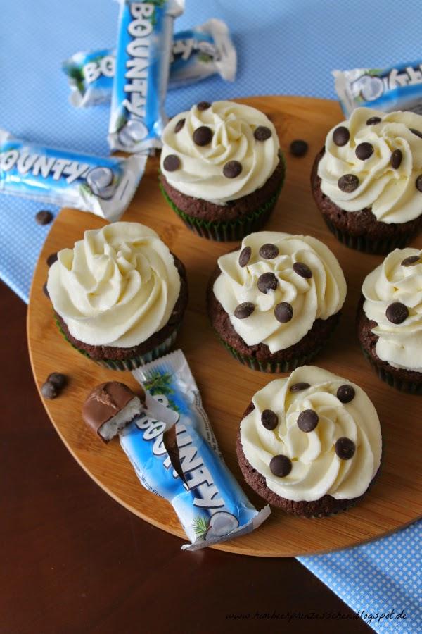 Bounty Cupcakes Foodblog Himbeerprinzesschen Holzbrett Schokotropfen