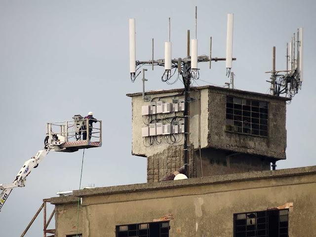 Manutenzione delle antenne, vecchi silos, porto di Livorno