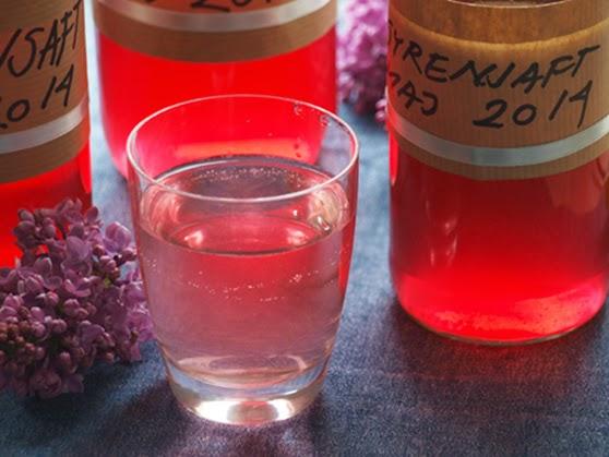 Hjemmelavet syrensaft smager skønt af blomster
