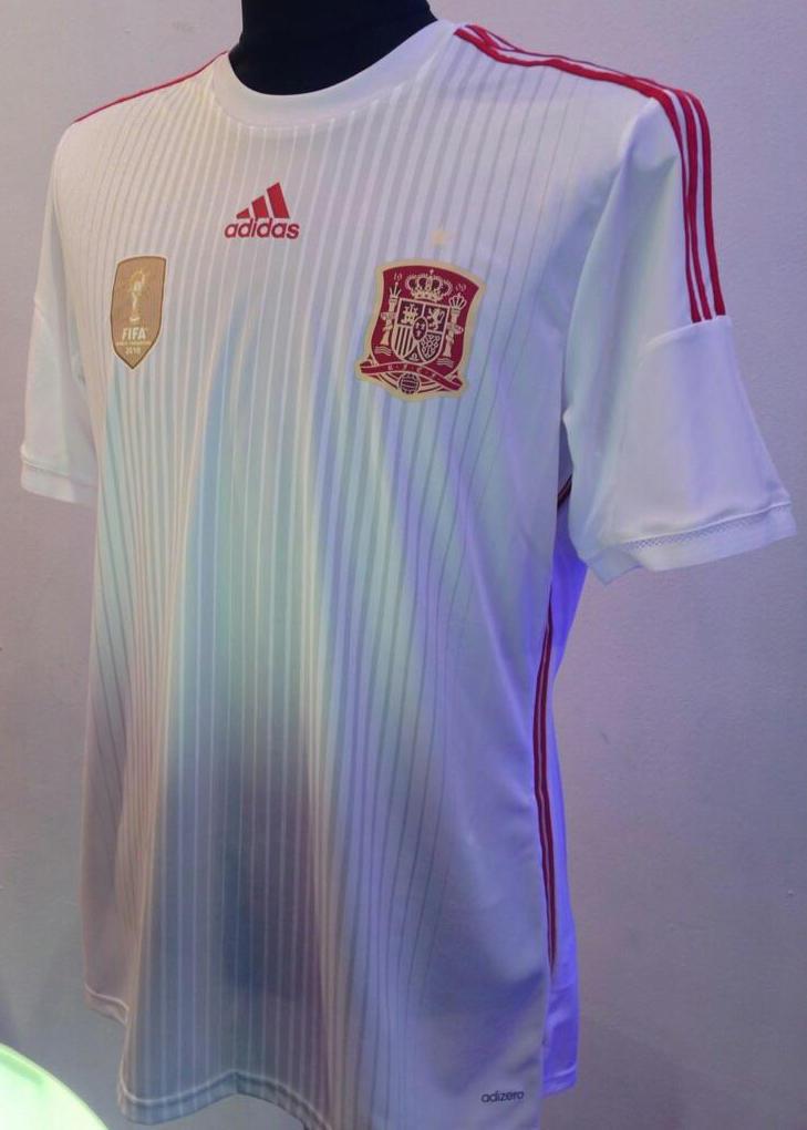 Nueva camiseta alternativa adidas de la Selección de España color blanca que usará en el Mundial