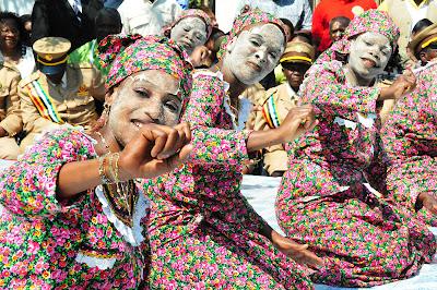 Mulheres de Mussiro dançado o Tufu