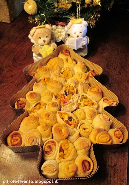 albero di natale salato con rotolini di pane farcito