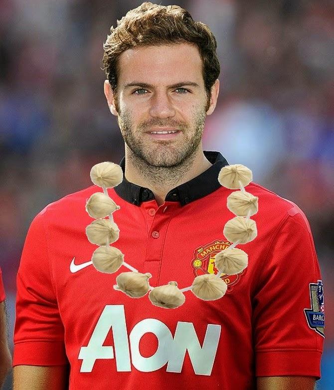 Juan Mata amb un collaret d'alls